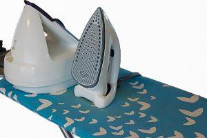 Dampfbügelstation auf Bügelbrett